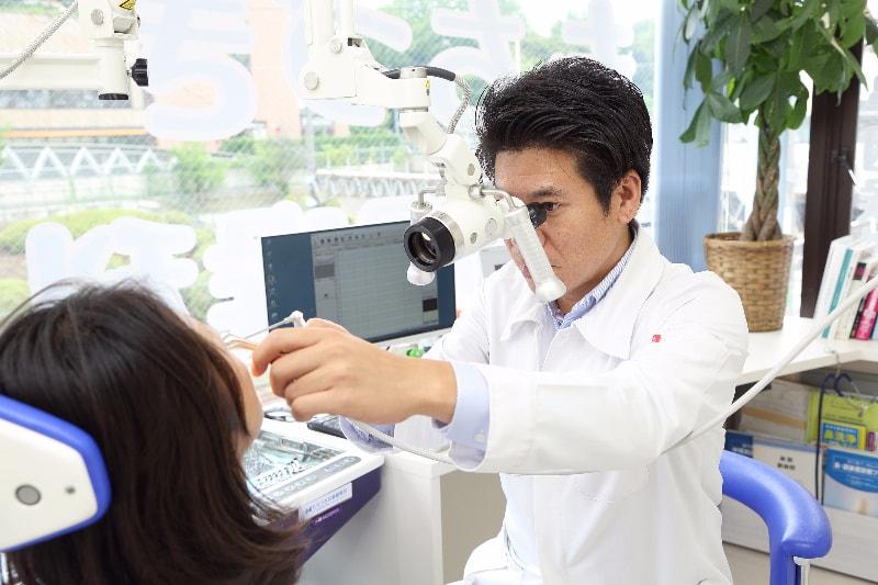 内視鏡や顕微鏡などを使って、症状の原因を徹底的に検査